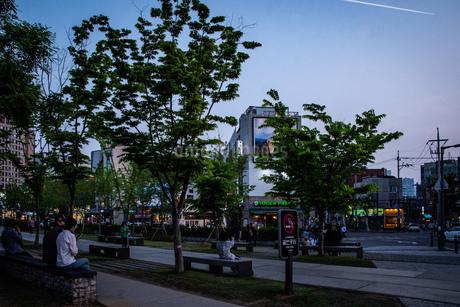 韓国、ソウル、ホンデ(弘大)の夕暮れ時の街並みの写真素材 [FYI02893737]
