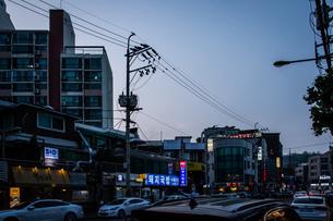 韓国、ソウル、ホンデ(弘大)の夕暮れ時の街並みの写真素材 [FYI02893738]
