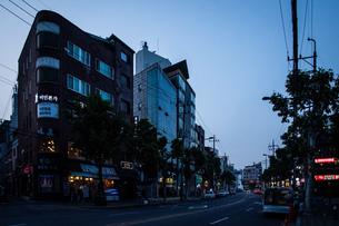 韓国、ソウル、ホンデ(弘大)の夕暮れ時の街並みの写真素材 [FYI02893740]