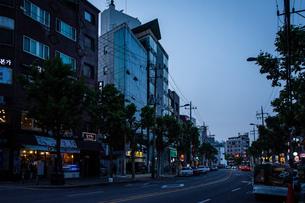 韓国、ソウル、ホンデ(弘大)の夕暮れ時の街並みの写真素材 [FYI02893741]