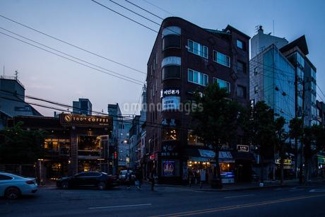 韓国、ソウル、ホンデ(弘大)の夕暮れ時の街並みの写真素材 [FYI02893742]