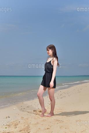 宮古島/ビーチでポートレート撮影の写真素材 [FYI02893744]