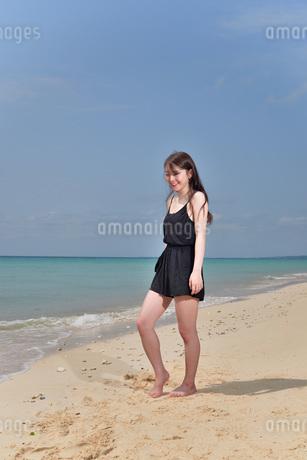 宮古島/ビーチでポートレート撮影の写真素材 [FYI02893745]