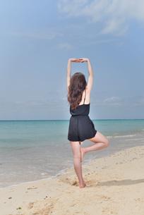 宮古島/ビーチでポートレート撮影の写真素材 [FYI02893751]