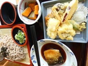 冷そばと天ぷら定食の写真素材 [FYI02893765]