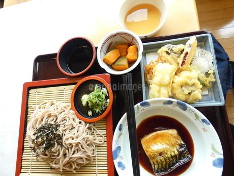 そばと天ぷら定食(魚付き)の写真素材 [FYI02893766]