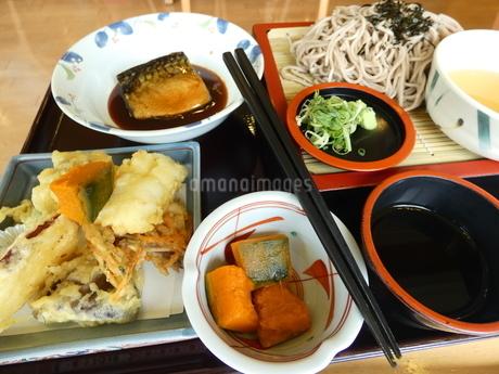 そばと天ぷら定食(魚付き)の写真素材 [FYI02893767]