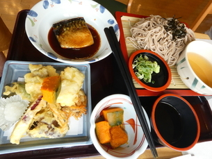 そばと天ぷら定食(魚付き)の写真素材 [FYI02893768]