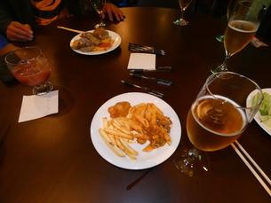 ビールとおつまみ(晩飯会)③の写真素材 [FYI02893773]
