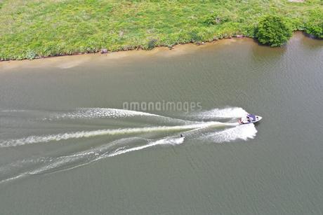 江戸川のウェイクボードの写真素材 [FYI02893777]