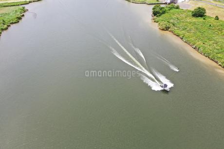 江戸川のウェイクボードの写真素材 [FYI02893778]