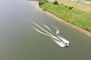 江戸川のウェイクボードの写真素材 [FYI02893779]