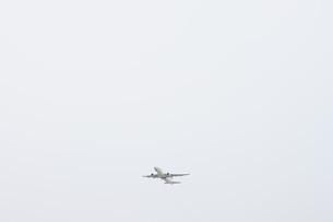 離陸する飛行機の写真素材 [FYI02893817]