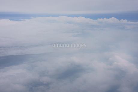眼下に広がる雲の写真素材 [FYI02893820]