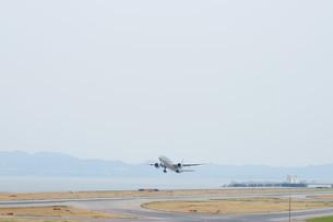 離陸する飛行機の写真素材 [FYI02893821]