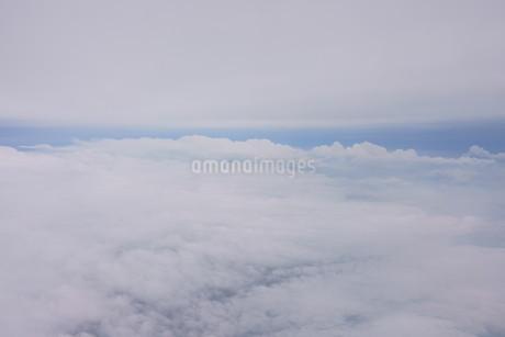 眼下に広がる雲の写真素材 [FYI02893822]