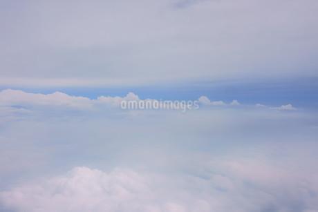 眼下に広がる雲の写真素材 [FYI02893823]