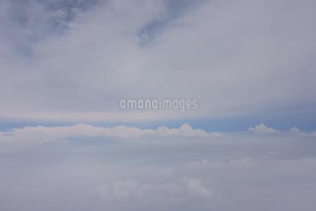 眼下に広がる雲の写真素材 [FYI02893831]