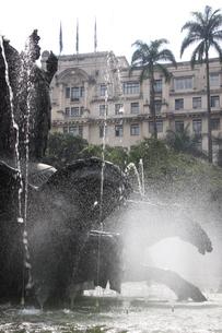 噴水と馬の銅像の写真素材 [FYI02893858]