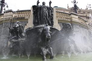 噴水と銅像の写真素材 [FYI02893859]