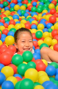 ボールプールで遊ぶ女の子の写真素材 [FYI02895945]