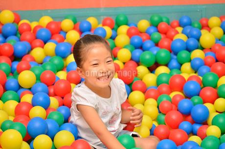 ボールプールで遊ぶ女の子の写真素材 [FYI02895946]