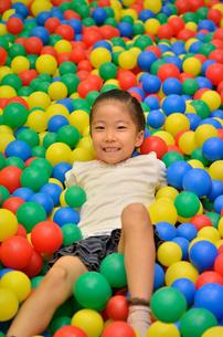 ボールプールで遊ぶ女の子の写真素材 [FYI02895947]