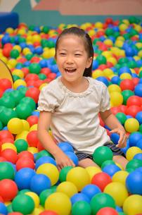 ボールプールで遊ぶ女の子の写真素材 [FYI02895948]