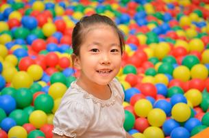 ボールプールで遊ぶ女の子の写真素材 [FYI02895949]