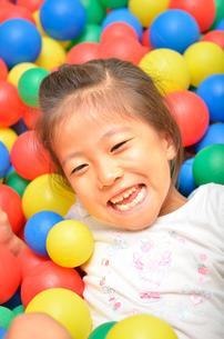 ボールプールで遊ぶ女の子の写真素材 [FYI02895950]