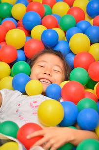 ボールプールで遊ぶ女の子の写真素材 [FYI02895951]