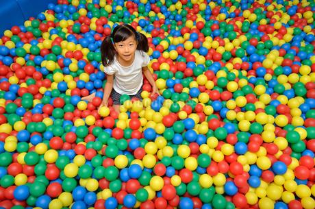 ボールプールで遊ぶ女の子の写真素材 [FYI02895952]
