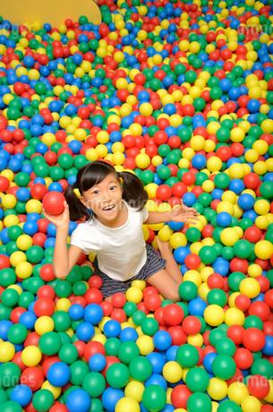 ボールプールで遊ぶ女の子の写真素材 [FYI02895953]