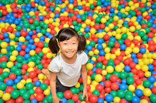ボールプールで遊ぶ女の子の写真素材 [FYI02895955]
