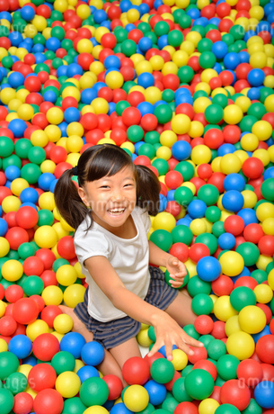 ボールプールで遊ぶ女の子の写真素材 [FYI02895956]
