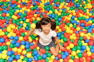 ボールプールで遊ぶ女の子の写真素材 [FYI02895957]