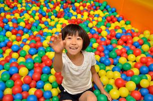 ボールプールで遊ぶ女の子の写真素材 [FYI02895958]