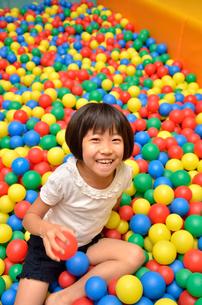 ボールプールで遊ぶ女の子の写真素材 [FYI02895959]