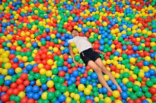ボールプールで遊ぶ女の子の写真素材 [FYI02895960]