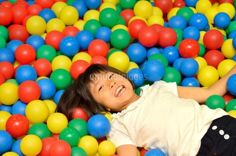 ボールプールで遊ぶ女の子の写真素材 [FYI02895961]