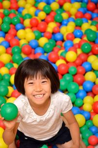 ボールプールで遊ぶ女の子の写真素材 [FYI02895962]