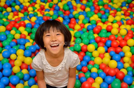 ボールプールで遊ぶ女の子の写真素材 [FYI02895963]
