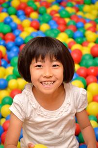 ボールプールで遊ぶ女の子の写真素材 [FYI02895964]