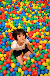 ボールプールで遊ぶ女の子の写真素材 [FYI02895965]