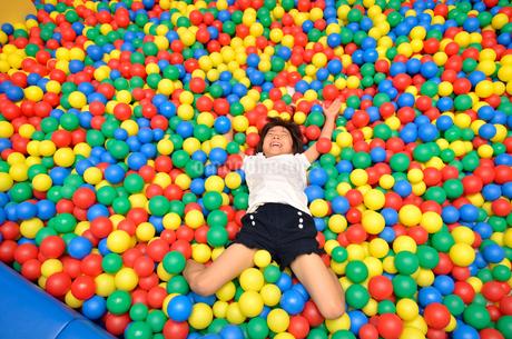 ボールプールで遊ぶ女の子の写真素材 [FYI02895966]