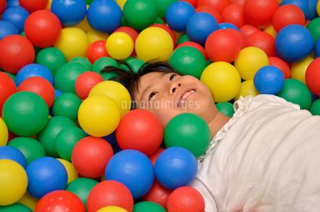 ボールプールで遊ぶ女の子の写真素材 [FYI02895967]