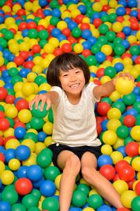 ボールプールで遊ぶ女の子の写真素材 [FYI02895968]