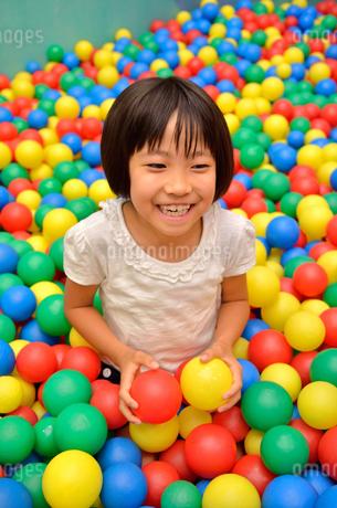 ボールプールで遊ぶ女の子の写真素材 [FYI02895969]