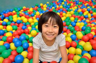 ボールプールで遊ぶ女の子の写真素材 [FYI02895970]