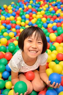 ボールプールで遊ぶ女の子の写真素材 [FYI02895971]